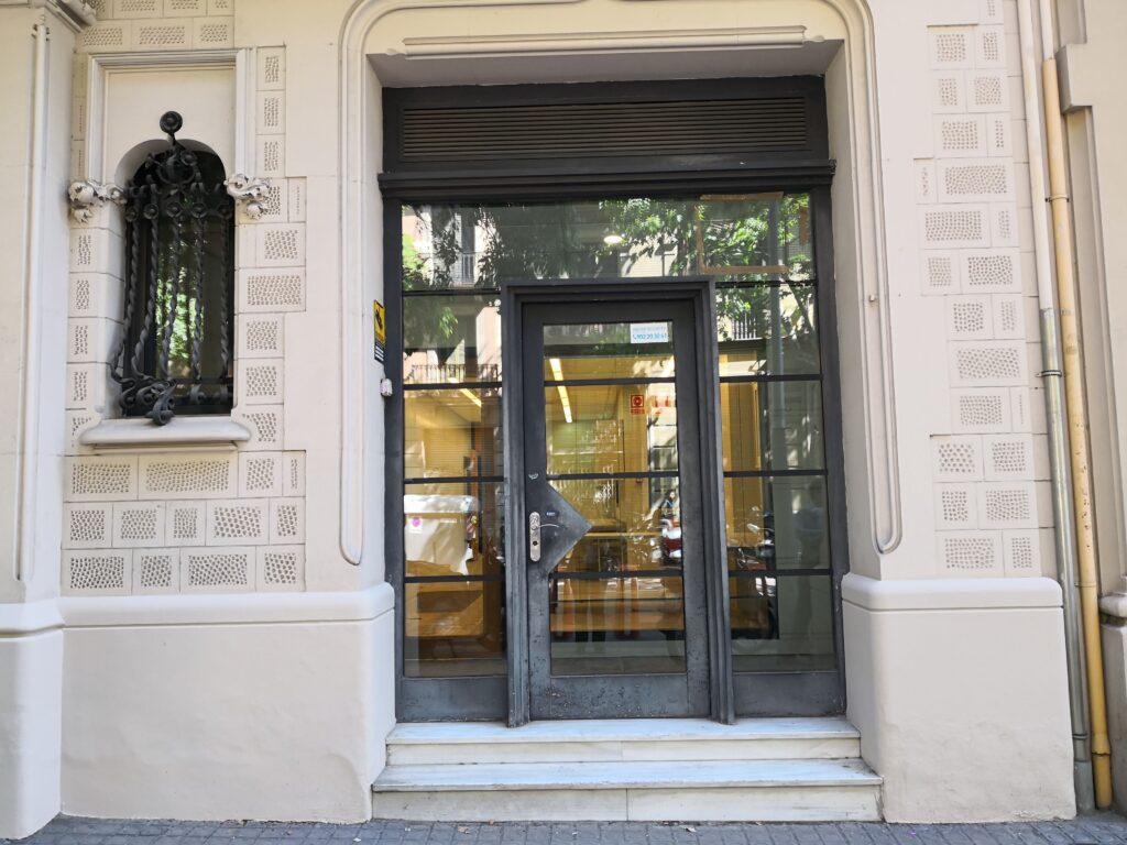Entrada principal del local de Bailén 66